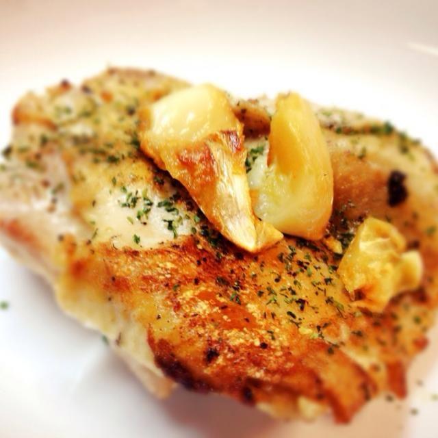圧力鍋で煮込んでホロホロになった鶏肉を、にんにくをローストしたオリーブオイルで焼いてみました! 自分で作った料理Best3に入る…!!! - 13件のもぐもぐ - ガーリックチキン!圧力鍋からのロースト。 by いぬぬ