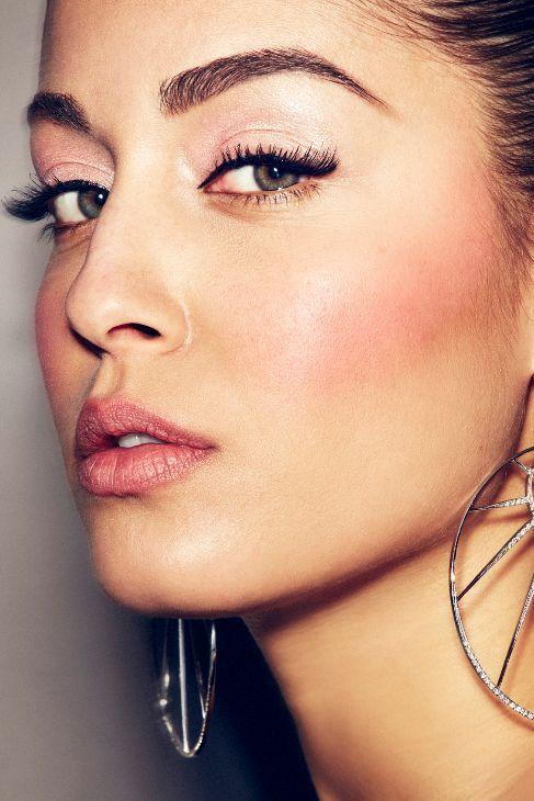 Cuatro 'looks' de maquillaje para Hiba Abouk - PÓMULOS COMO LA SEDA 1. Base n...   Belleza   EL MUNDO