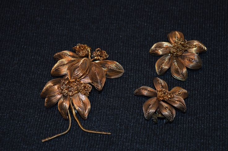 Unique Vintage floral shaped brooch and its clip on earrings by KrisztinaVintage on Etsy