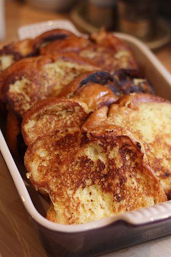 La recette facile du pain perdu Ingrédients (6 à 8 personnes) 1 brioche longue 10 cl de lait 20 cl de crème liquide 3 oeufs 50 g de sucre en poudre 1 gousse de vanille  20 g de beurre