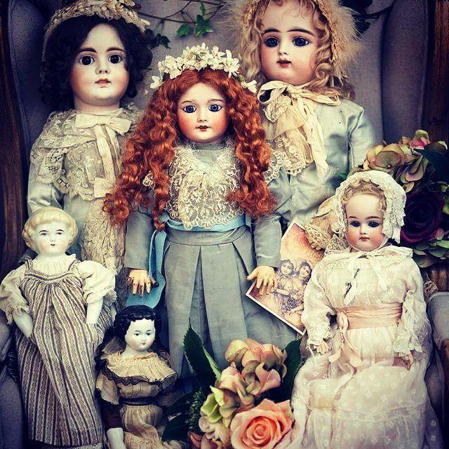 Жители #гостиная_рыжая_соня #антикварныекуклы из мой нашей частной коллекции. Немочки и француженки, куклы периода 2-ой половины 19 века и рыженькая девочка начала 20 века ( #продаюкуклу продаётся)