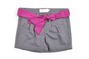 Shorts para niña en color gris y cinta color magenta en la cintura.