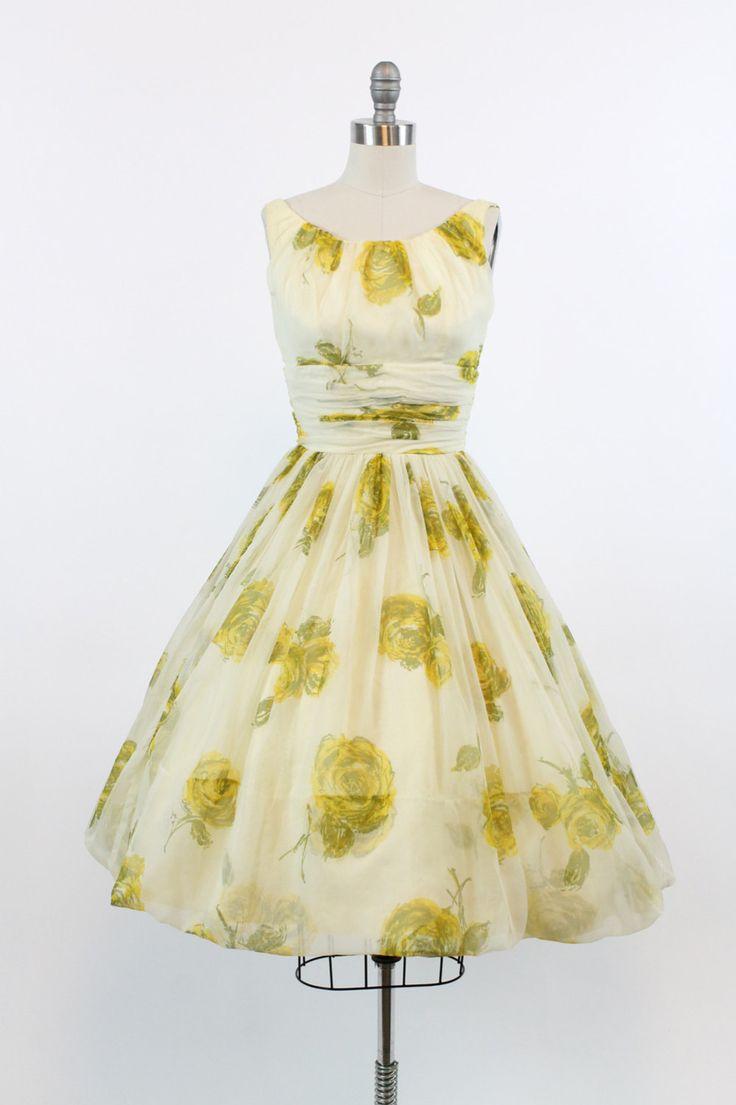 Prachtige jaren 1950 zomerjurk! Gedaan in een pure geel roze print organza over een crème voering gelaagde. Breed scoop hals, brede schouderbanden