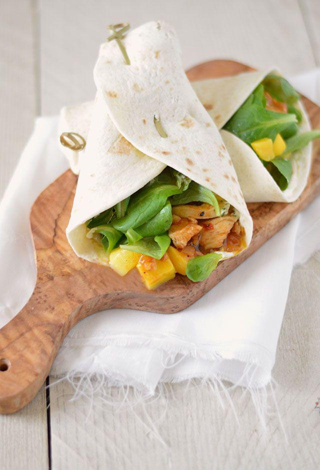 Wrap mango en kip. Een waanzinnig lekker gerechtje wat je binnen no time op tafel hebt staan.  Het zoete van de mango en het pittige van de gekruide kip smaken heerlijk samen. Dat met de knapperige blaadjes veldsla, kruidige pesto, romige crème fraîche en zoutige Italiaanse ham maakt dit tot één van mijn favorieten gerechten.