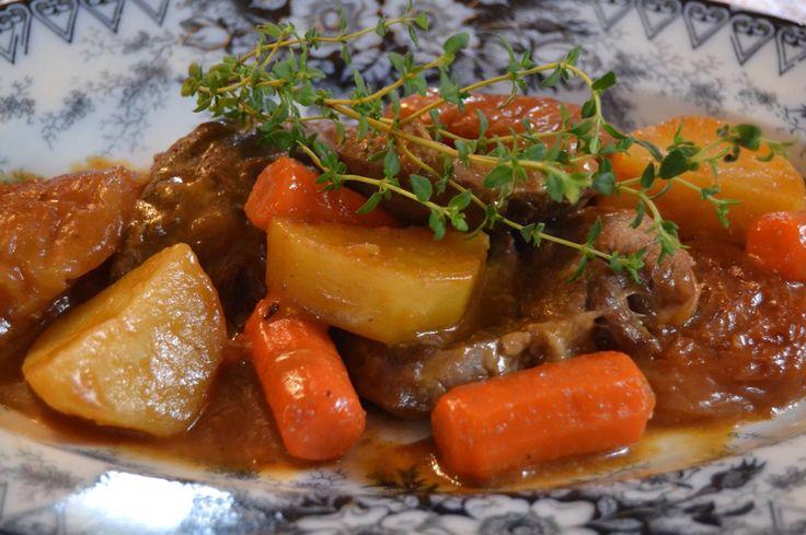 Μοσχαράκι με καρότα, πατάτες και Θυμάρι.