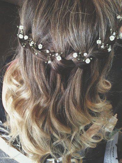 Peinado de novia pelo suelto con trenza en cascada y flor nube