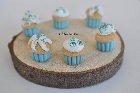 Cupcake crema al burro lampone azzurro panna montata scala 1/12 Dollhouse Miniature Mini Cupcake in fimo,e finta panna montata,crema al burro tutto realizzato a mano,articolo per collezionisti,da inserire nella vostra casa delle bambole nel reparto cucina o sala da pranzo. Veramente adorabili.