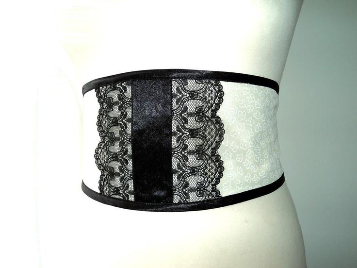 Ceinture obi rétro chic  un accessoire raffiné pour styliser  votre tenue de soirée !  Orné de dentelle noire sur un fond de voile écru,  lien en satin