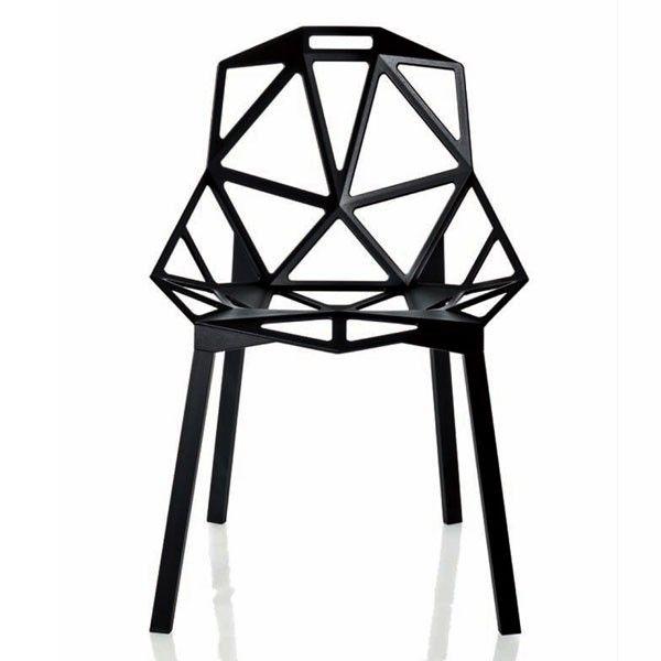 Wat: Chair One stoel zwart Ontwerper/fabrikant: Konstantin Grcic, Magis Herkomst: Italië Materiaal: Aluminium (metaal) Prijs: € 255,60  Niet alleen simpel in materiaal, maar ook in het gebruik. De lichte Chair One stoel is naar mijn mening een echte blikvanger in elk interieur. Mede door zijn unieke vormgeving.