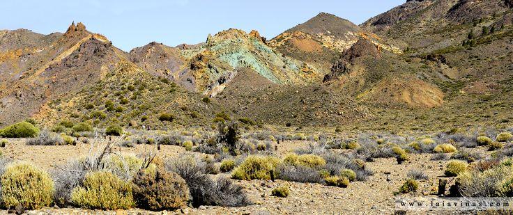 En pleno Parque Nacional del Teide, junto a la carretera, encontramos el paisaje de Los Azulejos. Piedras de colores imposibles con tonos que van desde el verde hasta el violeta.