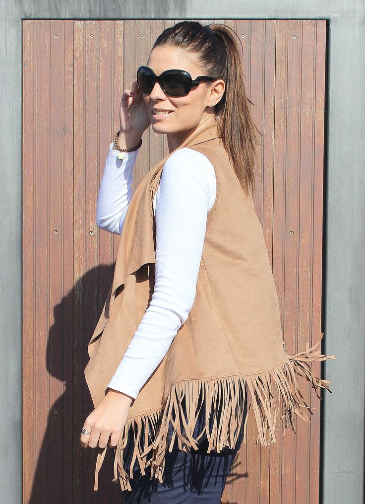 Elena, del blog #ThePinkGraff, nos alegra los ojos en este comienzo de semana con un look sencillo de camiseta blanca básica y vaqueros. El toque perfecto lo dan el chaleco de flecos color maquillaje y las gafas de sol #RO0354 de Roberto Martín. ¡No hace falta nada más!