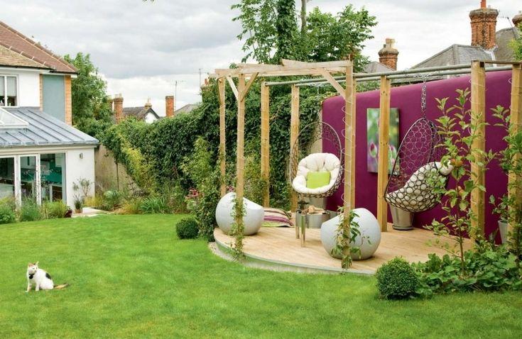 Terrassengestaltung Ideen im Garten mit Pergola und Hängesesseln