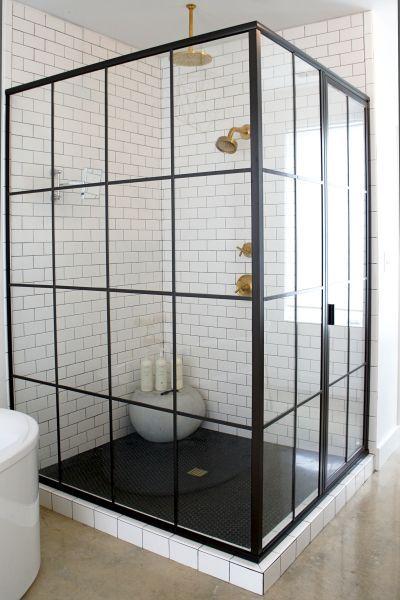 --Baño con vidrios ventanales--