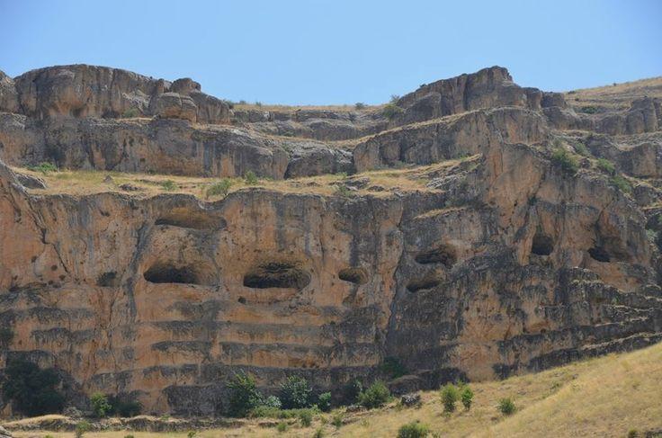 """Ansır mağaraları/Yazıhan/Malatya/// Bu mağaralar halk arasında """"Buzluk Mağarası"""" ismi ile de tanınmıştır. Mağaraların insanlar tarafından ne zaman barınak olarak kullanıldığı kesin olarak bilinmemekle birlikte, kaya mağaralarında Yontma Taş Devri ve Hitit uygarlıklarının izlerine rastlanır."""