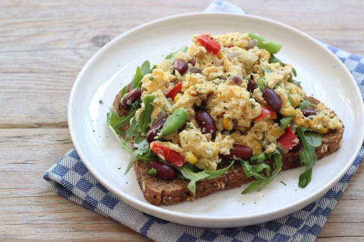 Een broodje roerei met groenten op een broodje met rucola. Lekkerr!