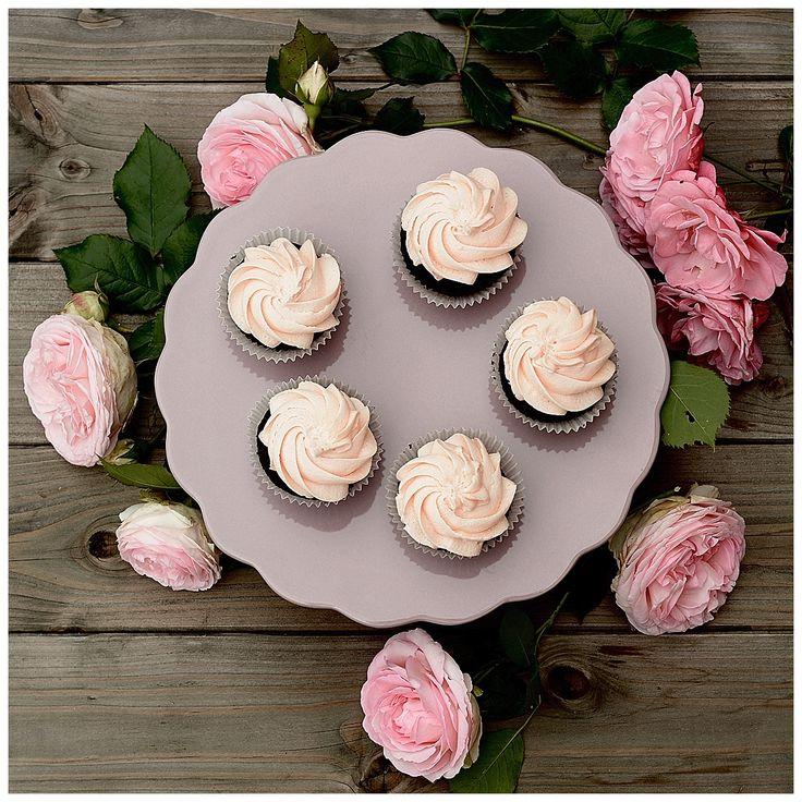 Rosen. Gibt es herrlichere Blumen? Ich liebe Rosen und in meinem Garten gibt es ganz viele wunderschöne Rosenstöcke. Die sehen nicht nur schön aus, die duften auch ganz besonders. Darauf habe ich beider Auswahl ganz besonders geachtet und mich für alte englische Sorten entschieden. Und obwohl der Sommer in diesem Jahr wirklich alles dafür tut,