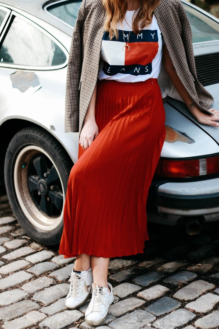 Laid back style // red pleated skirt // sneakers // tommy hilfiger tee