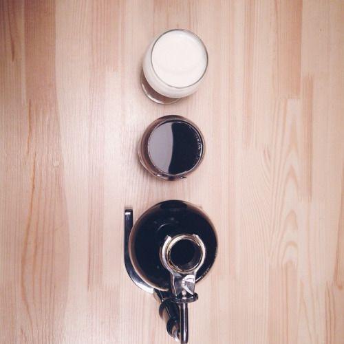Для серьезных господ серьезные напитки: очень мощный чень нань пуэр, сваренный в сифоне. Для джентельменов идеален в чистом виде. А для прекрасных леди с добавлением молока. #tea #teashop #teatime #teatogo #teaforyou #spb #saintp #peterburg...