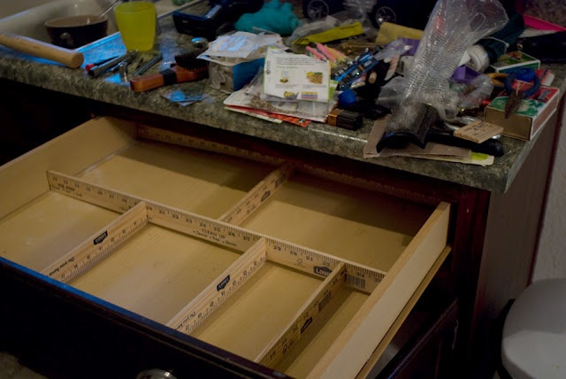 DIY Junk Drawer Organizer - made with yard sticks!  They are less than $1 at Lowe's: Yard Sticks, Organizations Ideas, Yardstick, Tools Requir, Kitchens Drawers, Junk Drawers, Organizations Kitchens, Diy Drawers, Drawers Organizations