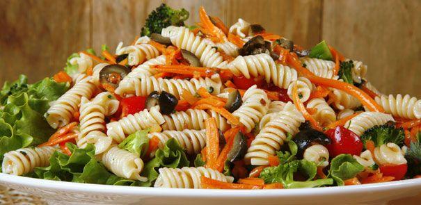 Préparez cette salade de pâtes à la grecque un ou deux jours à l'avance, sans ajouter le concombre et la tomate. Incorporez ces légumes juste avant de servir.