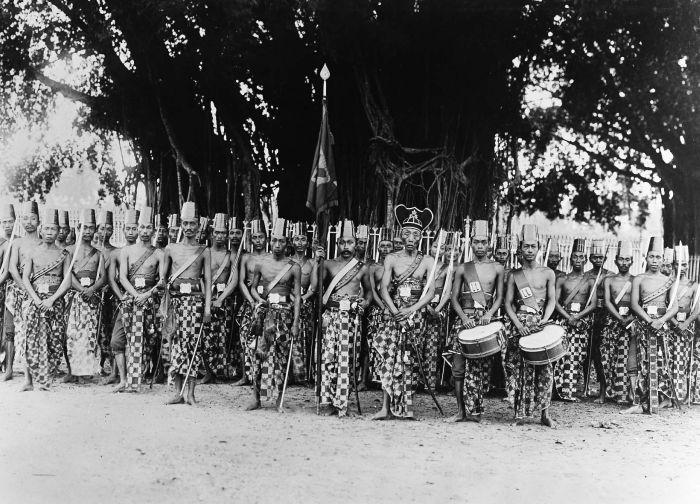COLLECTIE TROPENMUSEUM Portret van een corps prajurits aan het hof van de Susuhunan van Solo Soerakarta.