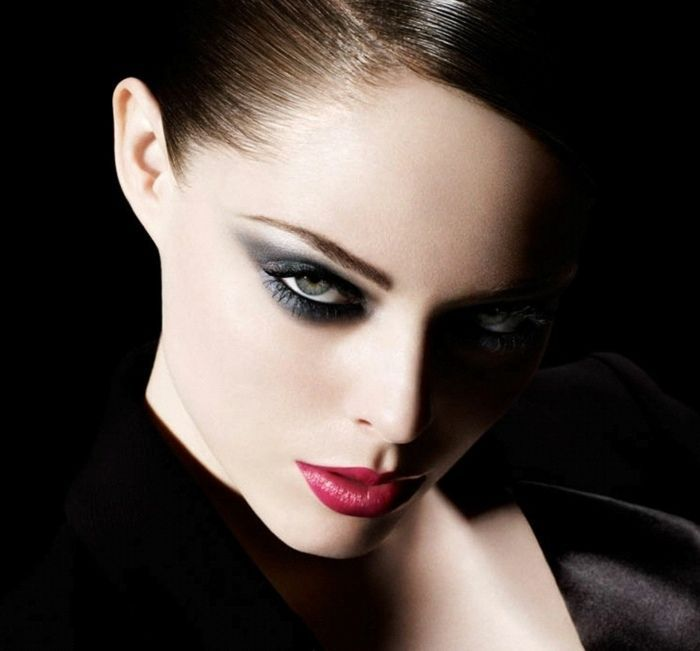 red lips eyes emphasize ideas   – Rote Lippen