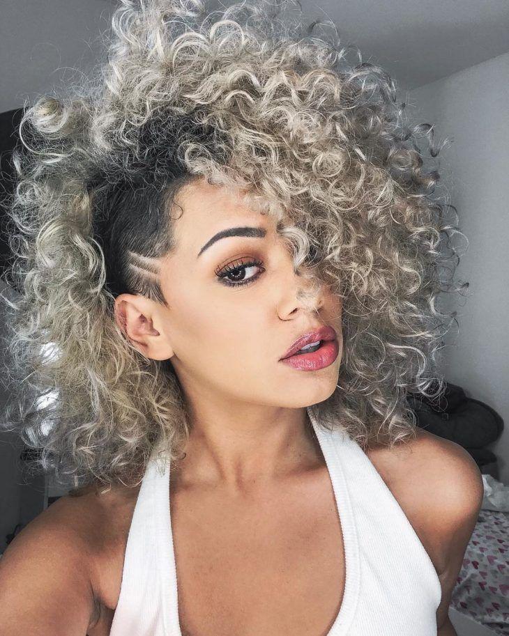 Cabelos cacheados com mechas: ideias e tutoriais para renovar o visual | Curly hair styles, Half shaved hair, Shaved hair designs