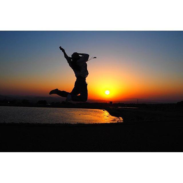 【satokei69】さんのInstagramをピンしています。 《. . 超絶いい景色不足🌀 今は特にsunsetが見たい😳 . これに勝る夕日を見てみたい🤔💕 . . . #絶景 #ジャンプ #したがり #sunset #view #beautiful #japan #genictravel #excelente #happy #life #yolo #ボヤボヤ #ジムニー #欲しい #あの小さい体に #サーフボード #乗せて #海 #最高かよ #jeep #じゃなくて #ジムニー #ミソ #ミソスープ #広島帰ろうかな #お母さんに #お店やってもらうの #夢の1つ #タカミのお好み焼き屋さん》