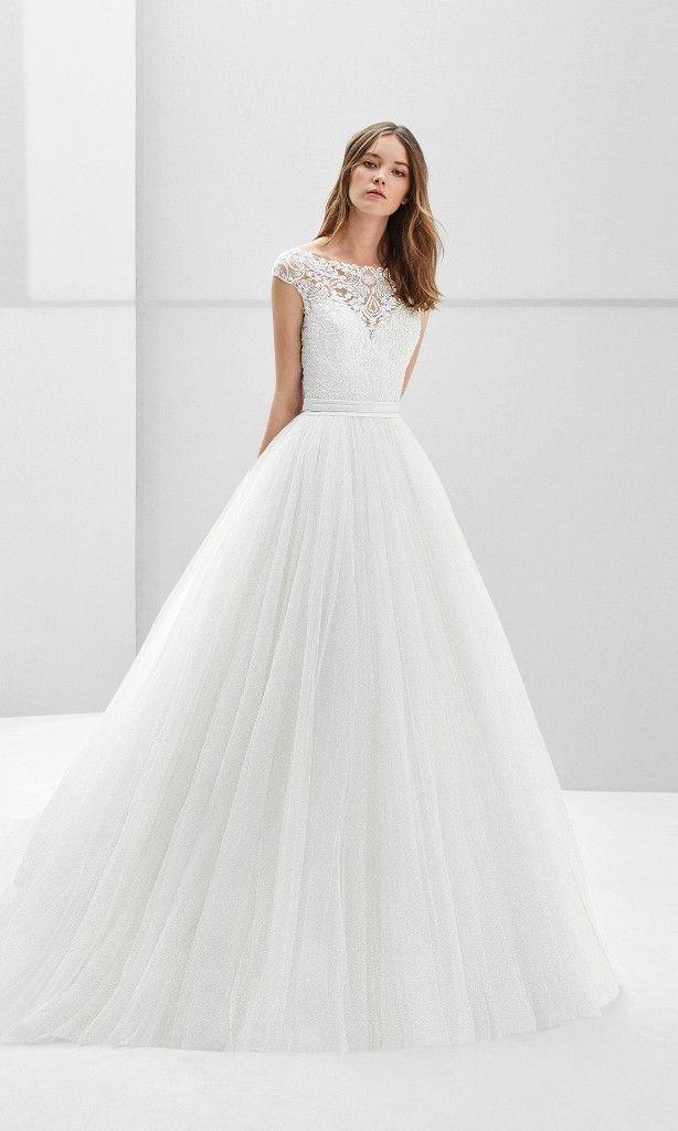 440fb519b Vestido de novia estilo princesa de tul y encaje pedrería de manga corta  con espalda escotada.  matrimonio  matrimonioco  matrimoni…
