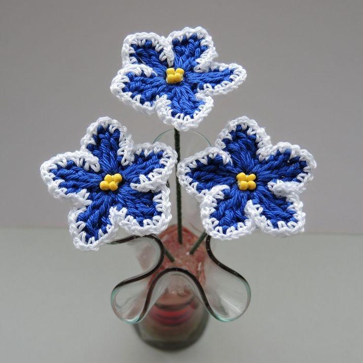 Háčkované+fialky+tm.+modro-bílé,+zápich+-+3ks+Přivítejte+jaro+háčkovanými+kapskými-africkými+fialkami.+Háčkované+kytičky+jako+zápich+do+květináče,+do+vázičky,+na+věneček,+jako+celoroční+dekorace,+pro+potěšení.+Kytičky+jsou+pevně+přichyceny+k+zelenému+dekoračnímu+drátu.+Materiál+100%+bavlna,+obtažený+drát,+perličky.+Průměr+kytičky+4,5+cm,+výška+13...