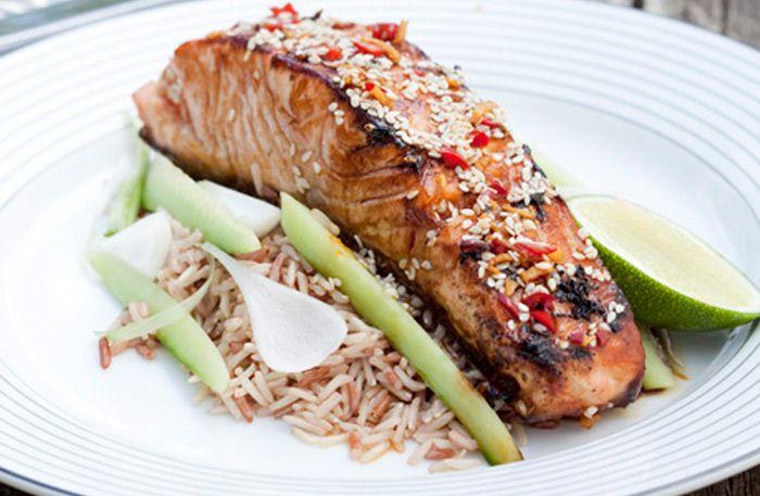 Laks til middag! Her får du en asiatisk oppskrift på stekt laks i soyasaus og sesamfrø. Server med ris og sprø grønnsaker, som passer utroligt godt sammen!