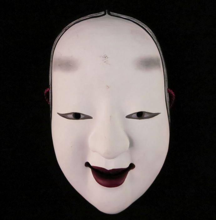 """Ko-Omote masker Japan begin van de 20e eeuw.  Nô theater masker van Ko-Omote (meisje)In aardewerk geschilderd wit rood en zwart.Afmetingen: 21 cm hoog 13 cm breed.Geen chips of deuken smetteloze conditieJapan begin 20e eeuwDe ko-omote vertaalt als """"kleine gezicht"""" en is één van de eerste maskers van Japanse Nô-theater. Het toont een jonge vrouw met echt ronde wangen kalm en verzameld duidelijk de schoonheid en de naïviteit van de jeugd.  EUR 35.00  Meer informatie"""
