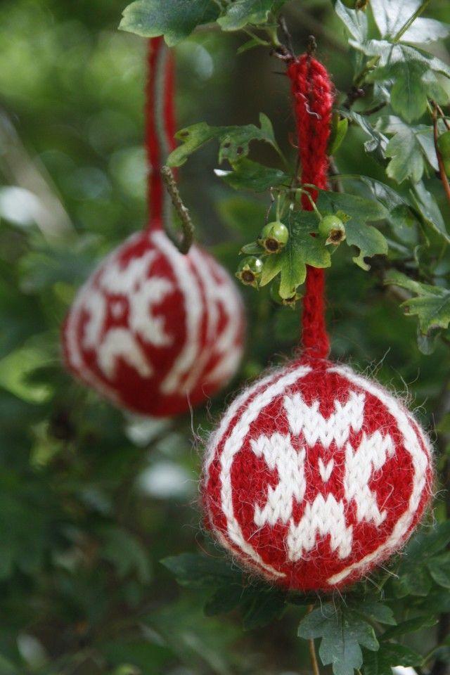 Koselige, strikkede julekuler.