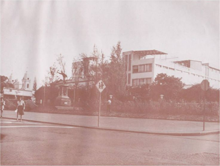 """Parque Juan Santamaría y al fondo Colegio María Auxiliadora antes de que fuera destruido por el terremoto de 1990. Tomado de """"Historia Gráfica de Alajuela"""" de don Guillermo Villegas H"""