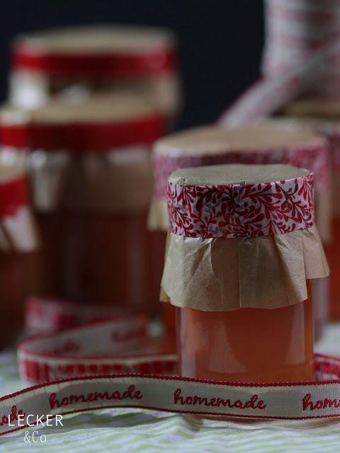 Momentan ist Quittenzeit – irgendwie sind die Früchtchen dieses Jahr etwas später dran. Ich laufe da ja immer zu Hochtouren auf. Das feine Gelee und eine fruchtige Marmelade sind wirklich tolle Weihnachtsgeschenke. Heute habe ich deshalb gleich zwei Rezepte auf einen Streich für euch. Das ganz klassische Quittengelee und eine weihnachtsliche Apfel-Quitten.Marmelade. Aus den Schalen …