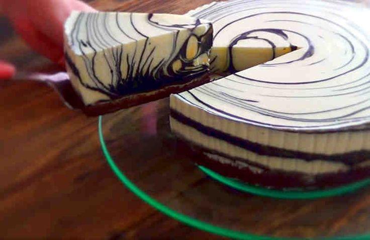 Es un increíble postre por su gusto y su imagen de cebra. Mira que bonito y vamos a intentar hacerlo paso a paso.    Ingredientes  Base: + 250 gr galletas Oreo, + 60 gr de mantequilla. Relleno negro: + 5 hojas de gelatina, + 1 taza de chocolate negro (fundelo en baño maria), + 1 taza de