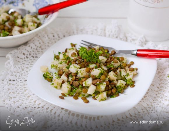Салат из груши и чечевицы. Ингредиенты: груши, чечевица, петрушка зелень