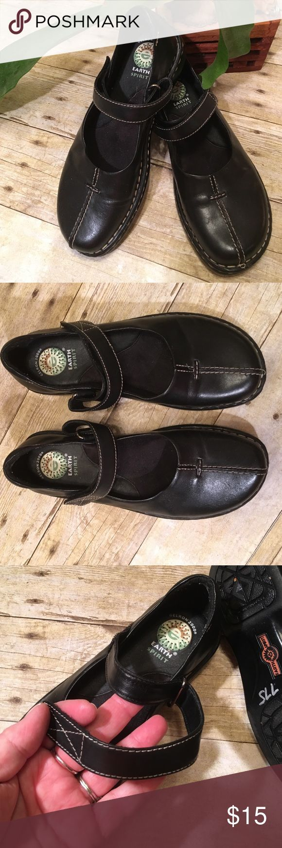 👀Mary Janes by Earth Shoes👀Leather Uppers USA Such a cute, classic style. They have Velcro adjustable straps. Cushioned instep. Excellent condition. Non smoking home Earth Shoes Shoes