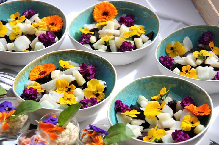 Salade met vergeten groenten en eetbare bloemen (biet, knolraap, asperges, viooltjes en paardebloemetjes)