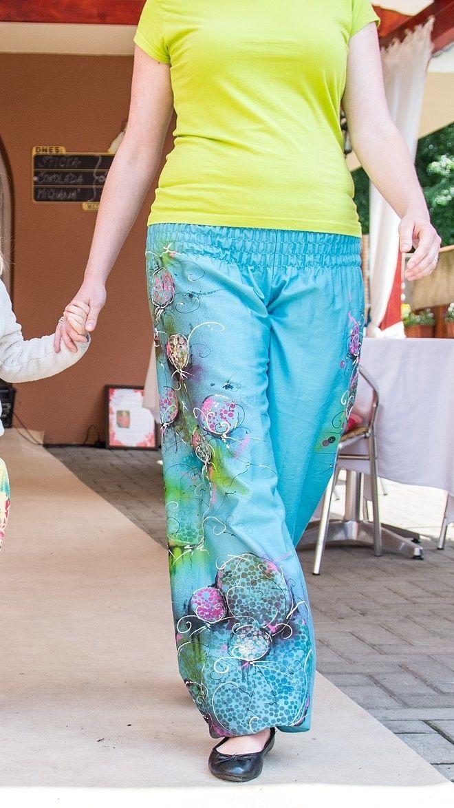 Kalhoty- harémky neposedné Letní pohodička v saténu a rozhodně jako jinak než vesele :-) Ruční kresba. Originál. Detailnější foto brzy - děkuji.. Velikost uni: M/L, jak se kdo cítí :-) Kalhoty můžete mít po domluvě v jiné barvě a kresbou.. Kalhoty od Natyris: http://www.fler.cz/natyris Letní vzdušné kalhoty, harémovky, z příjemné bavlněné látky - bavlněného ...