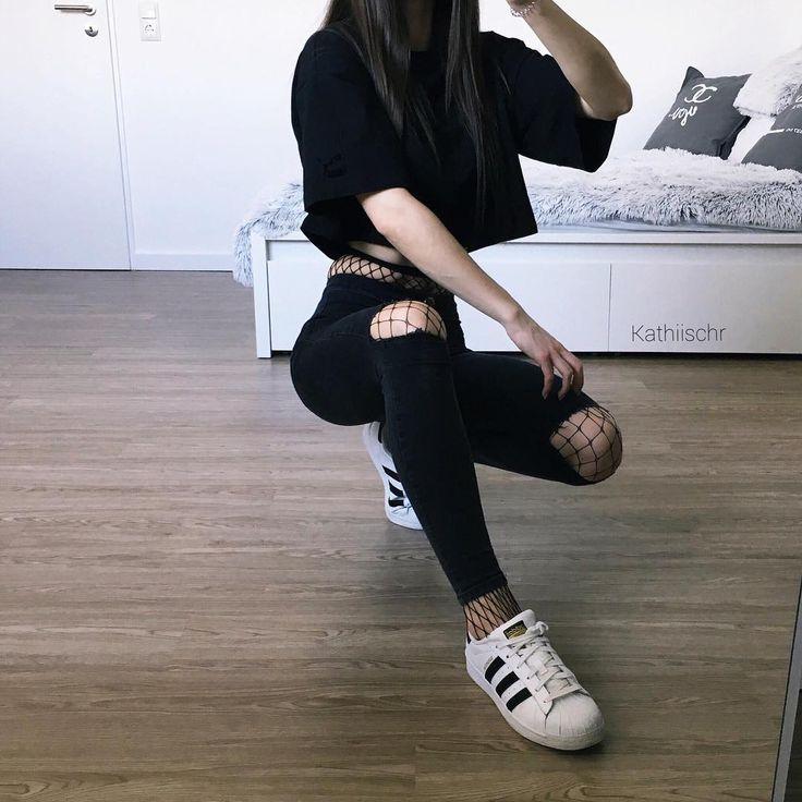 "16.7 mil Me gusta, 158 comentarios – @kathiischr en Instagram: ""OOTD – all black  ich hab mein ganzes Outfit wieder hier verlinkt liketk.it/2qrPA …"""