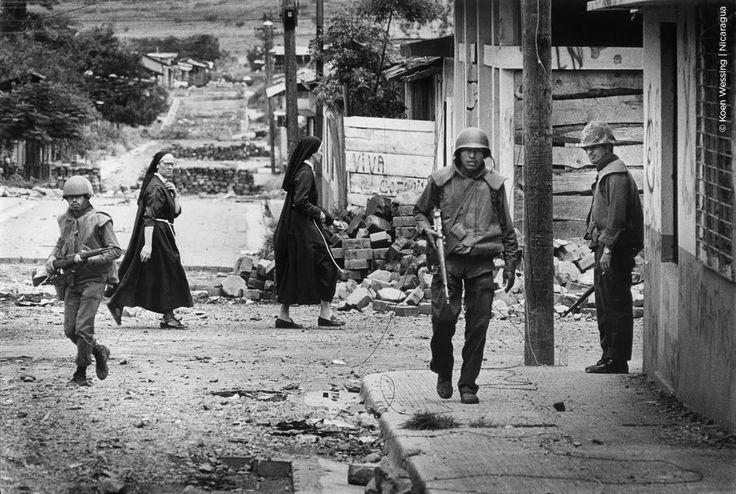 Koen Wessing. El ejercito patrullando por las calles, Nicaragua, 1979. «comprendí rápidamente que la aventura de esta fotografía provenía de la copresencia de dos elementos...» Barthes en La cámara lúcida.