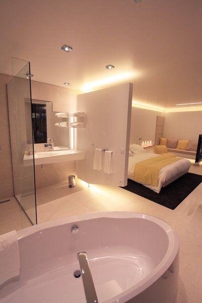 L'hôtel les Patios propose des chambres avec salles de bains ouvertes, dont le point d'orgue est une vasque en Corian réalisée sur-mesure.