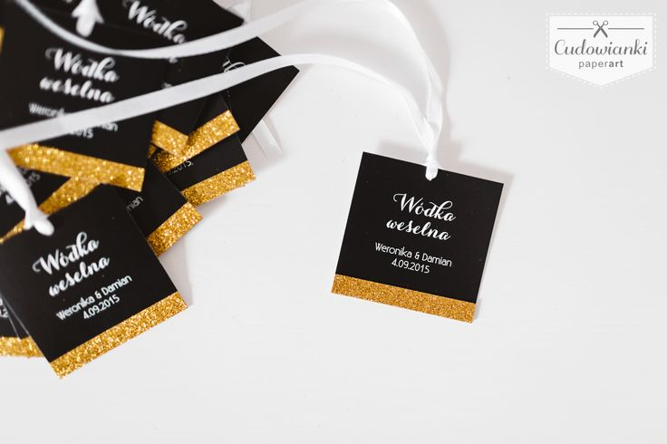 Wedding, alcohol labels on the bottle, made of white paper with white ribbon and glitter. Black and gold. | Zawieszka z dodatkiem złotego brokatu.