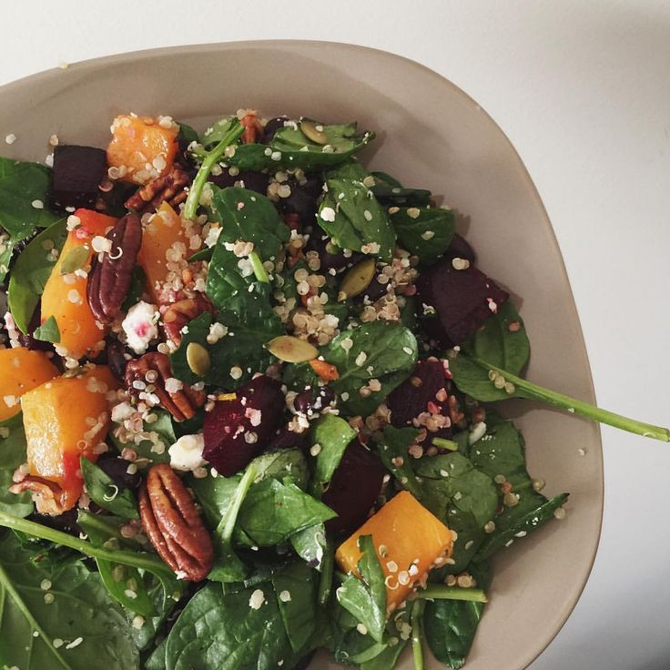 Se det här fotot av @beautyfuelfit på Instagram • quinoasallad: vit quinoa spenat blandsallad, rostad Butternut pumpa/squash, pecanötter, tranbär, getost fetaost, citron vinäger olivolja salladsdressing
