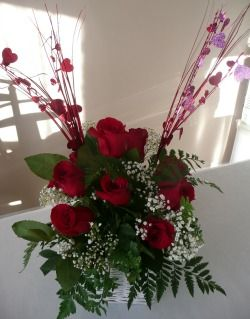 A homemade flower arrangement idea using Roses. A romantic gift idea. How to make your own easy and inexpensive flower arrangement idea using Roses. Great for a Valentines flower arrangement. Birthday gift or any other special romantic occasion.