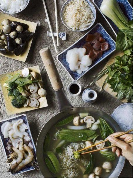 """Efter alla helgerna med mycket jul-& nyårsmat är man rätt sugen på lite andra smaker, t ex asiatisk. Här kommer recept på en asiatisk skaldjursfondue från vår senaste kokbok""""Till..."""