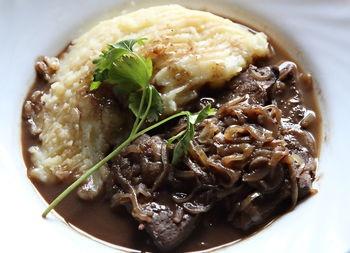 Step-by-Step photo Recipe for Fegato alla veneziana (Venetian liver) with mashed potatoes.