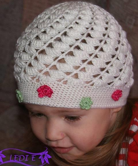 Вязаная крючком шапка на ребенеп