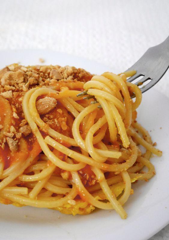 Spaghettoni con fichi d'india, mandorle e piacentino ennese